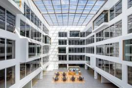 通过材料与空间的对话,看干净大气的办公空间如何构建