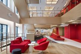 在work使用楼里装了个超长楼梯,打破通例,原来集团总部还能这样策划
