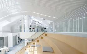 在办公室设计装修中,调光玻璃是如何体现高级感和科技感?